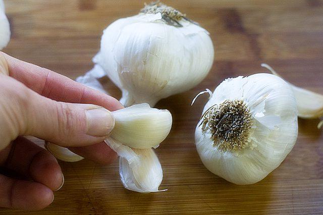 5 طرق لإزالة رائحة الثوم من يديك بعد الطبخ