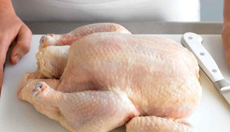 طريقة سهلة لتنظيف الدجاج الكاملة بطحين الذرة