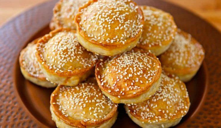 طريقة عمل فطائر باللحم المفروم والجبن والسمسم في الفرن