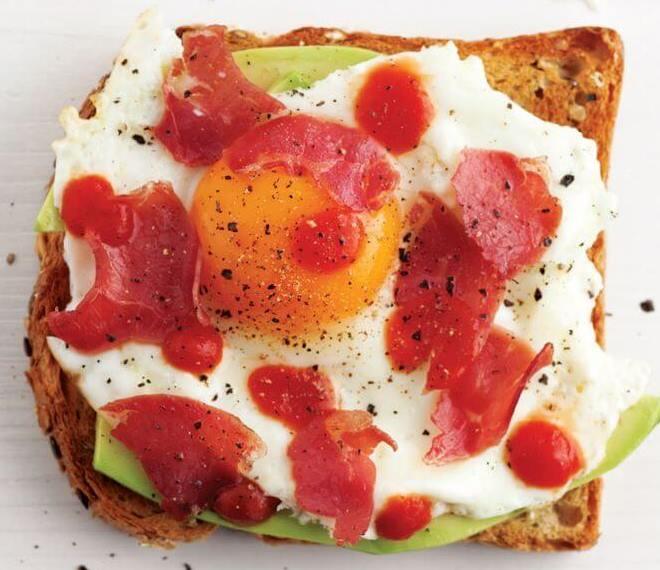 توست الأفوكادو والبيض - طريقة عمل خبز الأفوكادو والبيض سهل وسريع