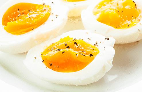 السعرات الحرارية في البيض المقلي بزيت الزيتون والبيض المسلوق