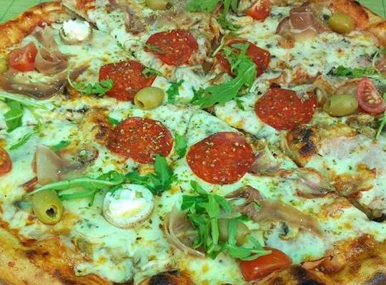 البيتزا بالجبن المشكل والزيتون والطماطم