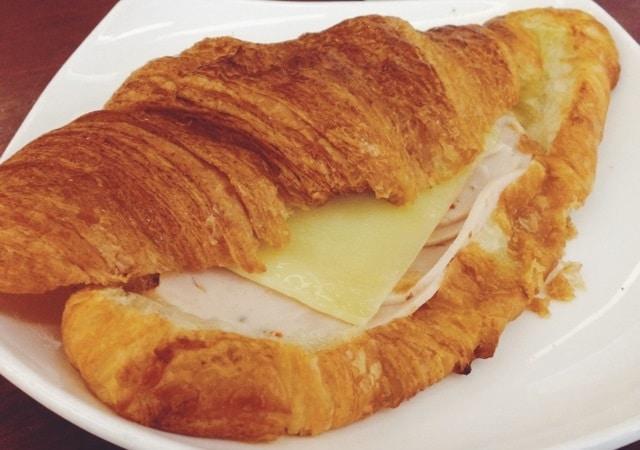 كم سعرة حرارية في كروسان الجبن