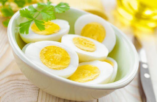 كم سعرة حرارية في البيض المسلوق حسب حجمها