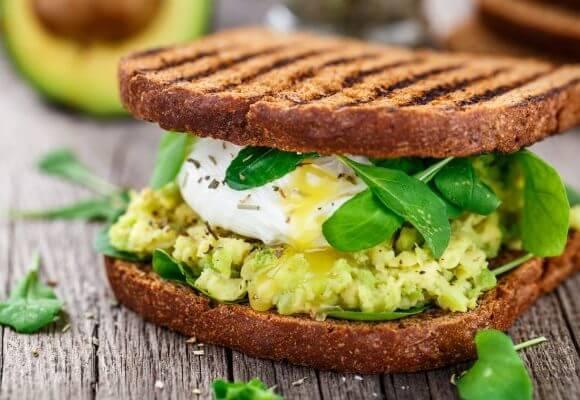 كم عدد السعرات الحرارية في الأفوكادو وطرق تناوله في الفطور