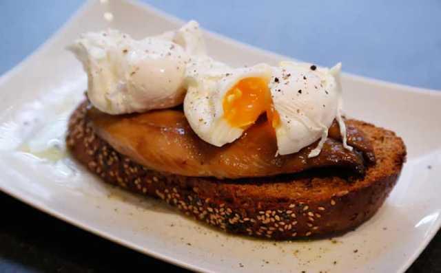 سمك الماكريل مع الخبز المحمص والبيض المسلوق