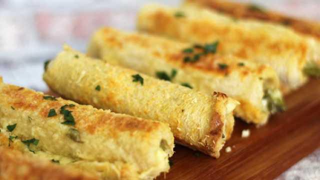 طريقة عمل لفائف الجبن بالهليون في الفرن