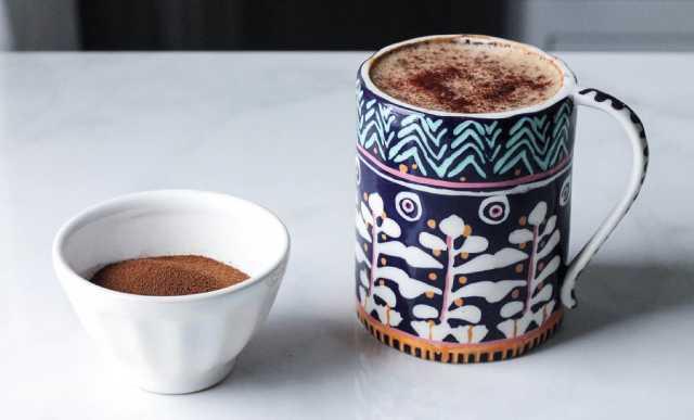 طريقة عمل القهوة بحليب اللوز والهيل