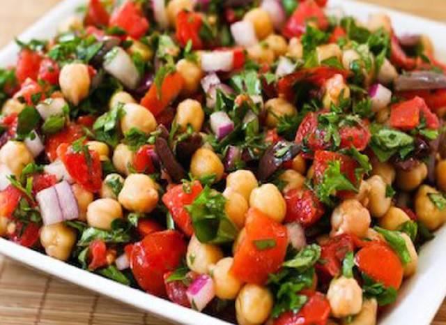 طريقة عمل سلطة الحمص بالخضروات - الطماطم والخيار