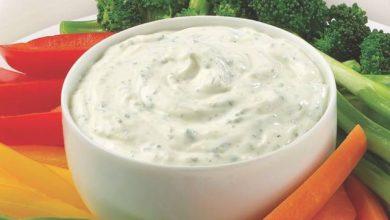 صوص الجبنة الزرقاء بالمايونيز والكريمة