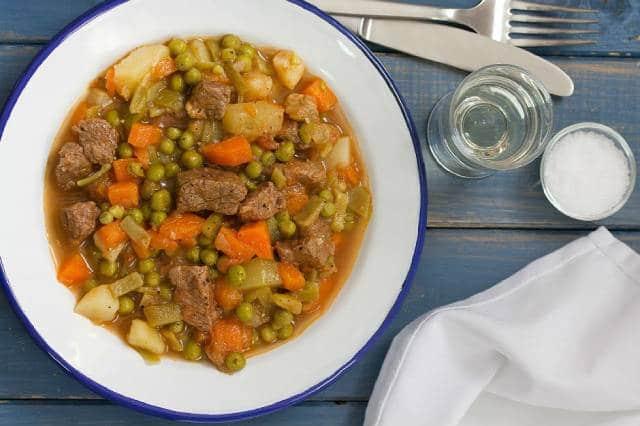 طريقة طبخ البازلاء باللحمة ، بازلاء خضراء باللحم وزيت الزيتون
