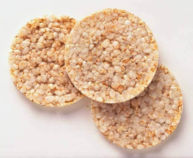 هل كعكة الأرز مفيدة للرجيم؟ السعرات الحرارية والأضرار