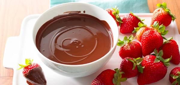 كيفية تذويب الشوكولاتة الخام للتزيين؟ أفضل 7 طرق تسييح الشوكولاتة