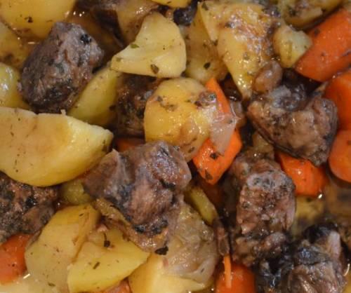 لحم الضأن بالثوم مع البطاطس والجزر